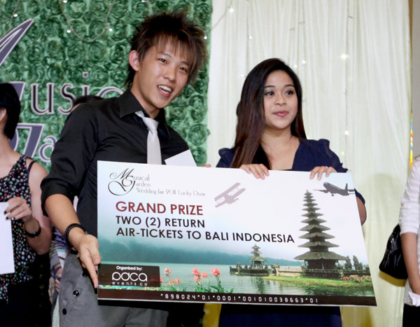 Dickson Kho of PDCA Events Co presented the mock prize to Hjh Noraini Hj ...